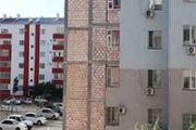 В Актау обрушилась обшивка многоэтажки