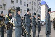 В Атырау военнослужащие провели парад в день рождения ветерана ВОВ